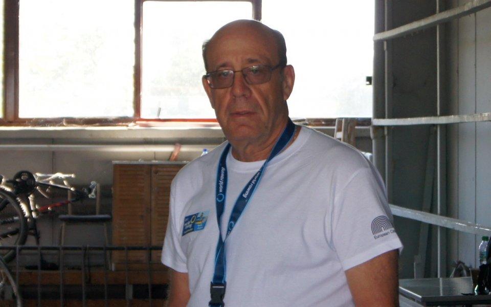 Бивш офицер от армията на Израел претегля лодките в Пловдив
