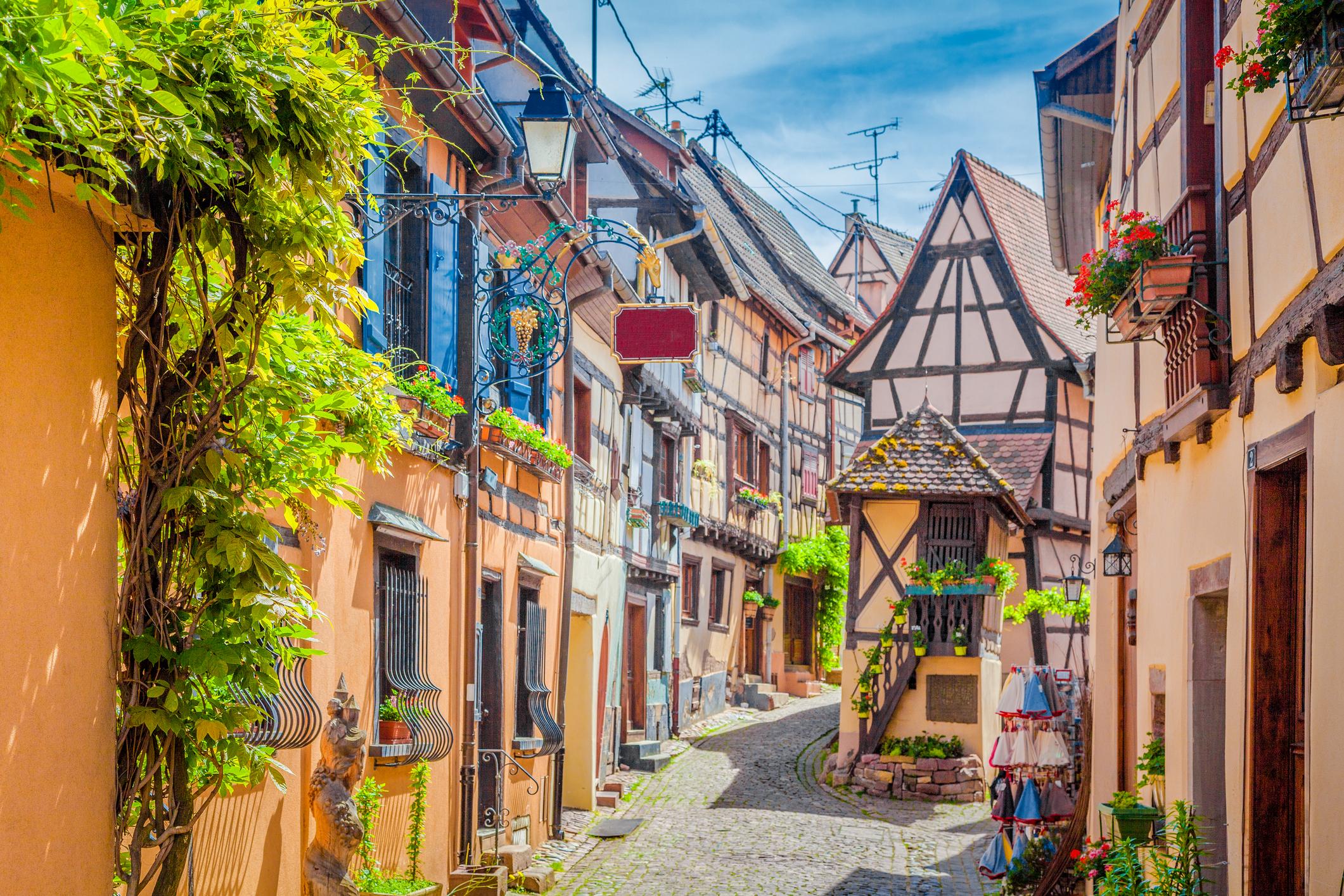 Егишем/Eguisheim/ се намира в сърцето на Елзас, недалеч от Колмар.
