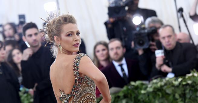 """Премиерата на новия ѝ филм """"Лесна услуга"""" се превърна в"""