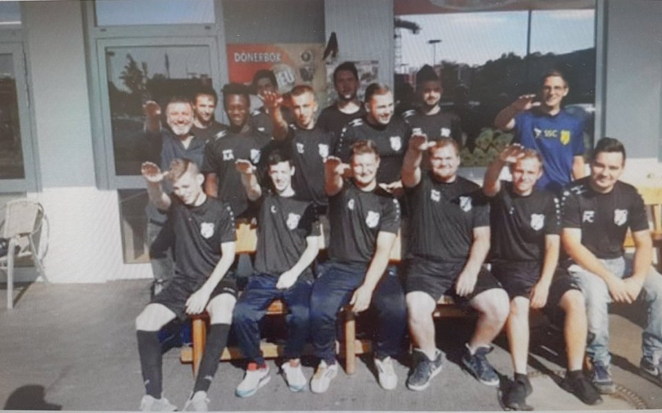 След нацистки поздрав на снимка: Отбор изгони 7 футболисти