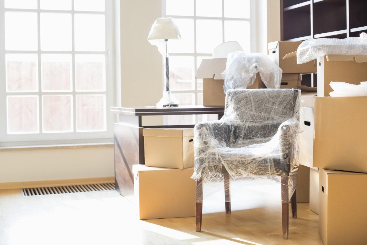 """Сглобяеми пластмасови мебели - колкото и да са удобни и практични, ще се съгласите, че подобни мебели понякога изглеждат като """"залепени"""" за общия интериор на дома.И сигурно често си казвате, че не им е там мястото.<br /> Сглобяеми пластмасови етажерки са идеалното решение за временно ползване, ако често сменяте дома си, но когато става въпрос за жилището, в което ще живеете оттук насетне, мебелите трябва да си подхождат, а не да си личи, че са закупени хаотично."""