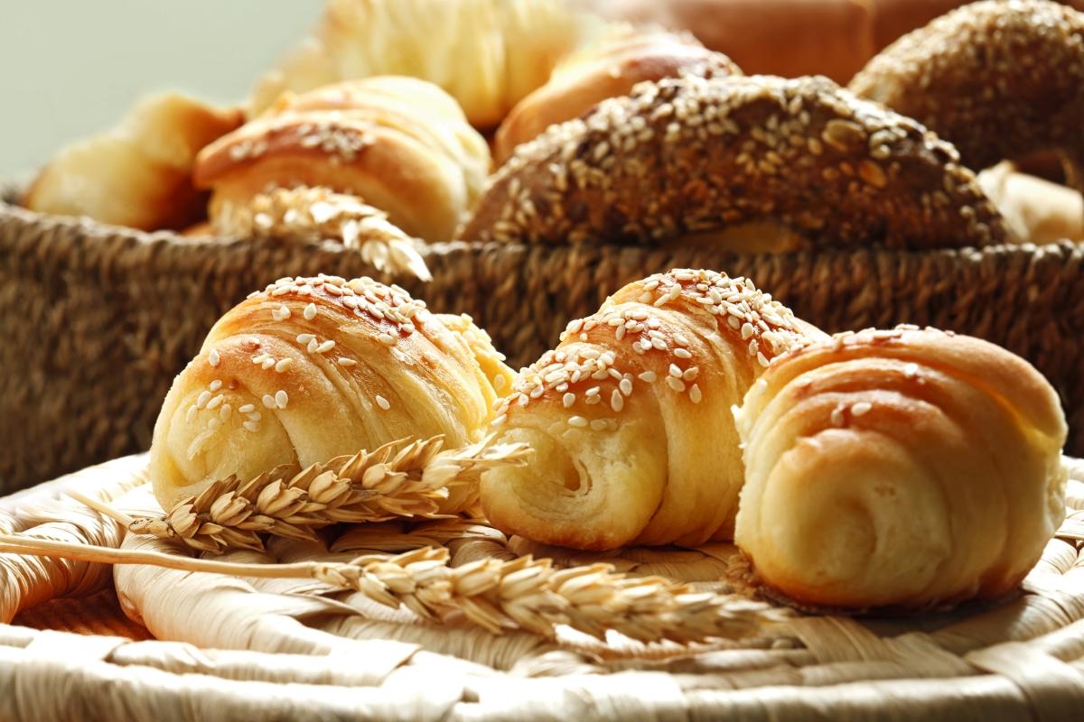 Храните с рафинирани въглехидрати. Това е всичко, произведено с бяло брашно: хляб, закуски, кроасани.