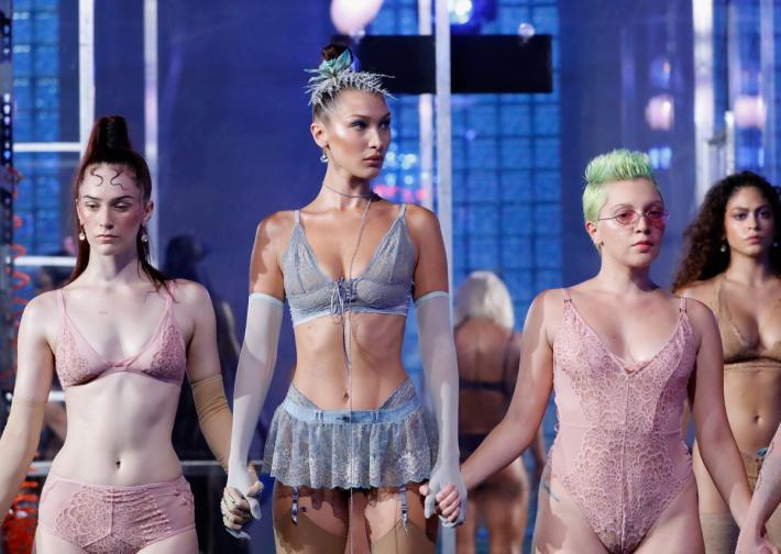 Модното шоу на Риана стана сред най-обсъжданите теми в края на модната седмица. В него звездата беше моделът Бела Хадид.