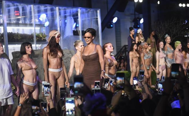 Страст по бельо - Риана закри седмица на модата (СНИМКИ)