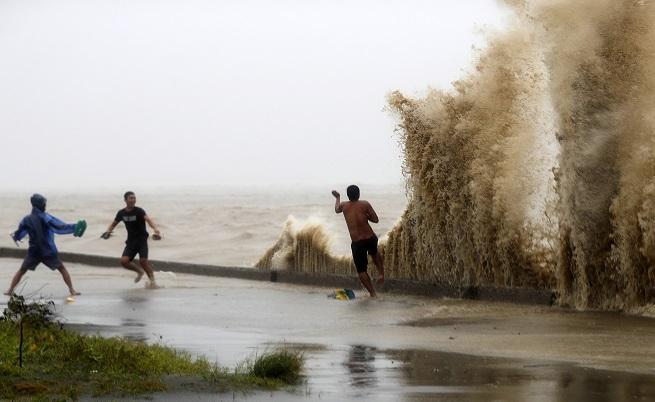 "Супертайфунът ""Мангхут"" удари Филипините и взе жертви"