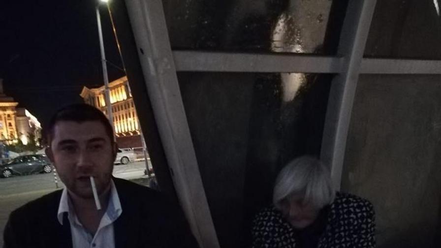 Съветник от ВМРО рита багаж на 87-годишна жена в метрото