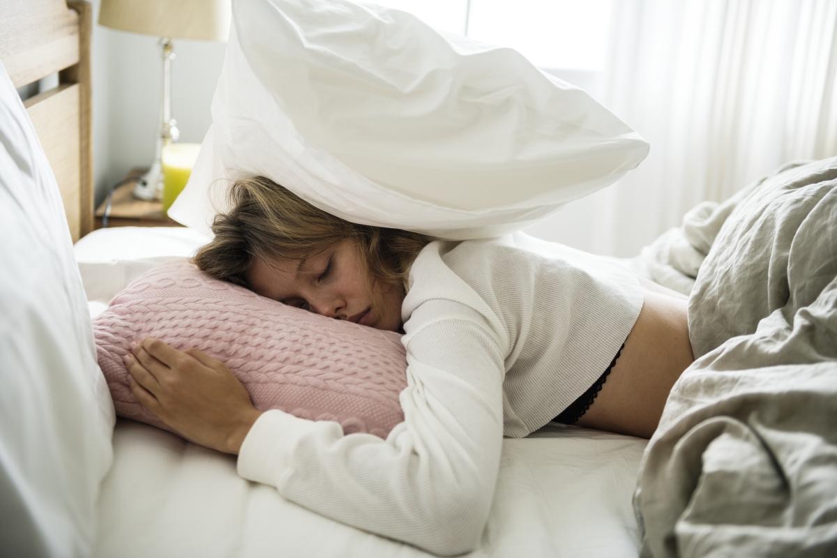 Спането по корем. Заравянето на лицето във възглавницата пречи на кожата да диша и също нарушава покритието на кожата. Така че ако можете - избягвайте тази поза за сън.