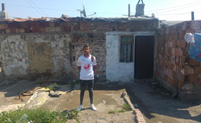 Алекс пред изгорелия дом
