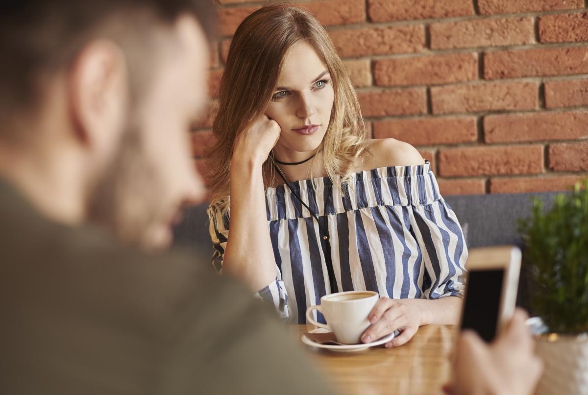 Искате да издразните човека, с когото сте излезли? Просто започнете да си ровите в телефона и го игнорирайте, докато той говори.