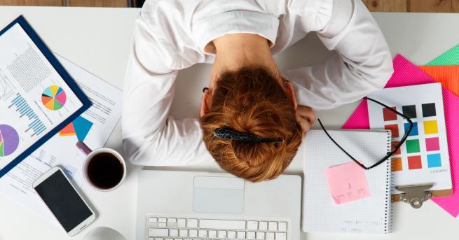 Да спиш на работното си място е наказуемо. Ако не