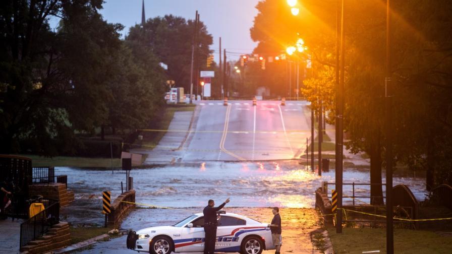 """Ураганът """"Флорънс"""" превърна магистрали в реки"""