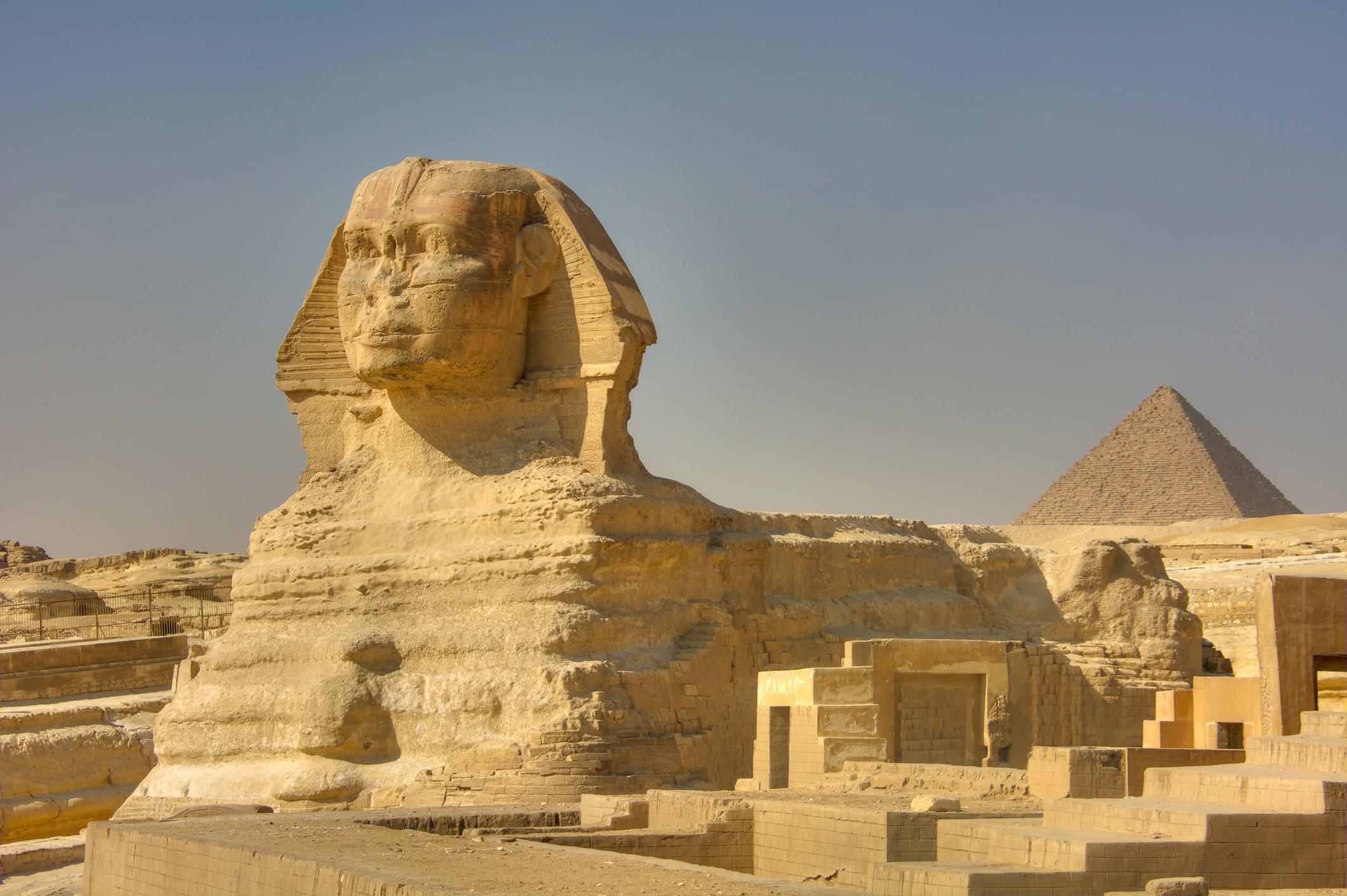 Сфинкс<br /> <br /> Митът за Сфинкса е един от най-старите, тъй като някои версии на неговите легенди датират от 9,500 пр.н.е. Това е най-добре известно от великите статуи на Египет. Там обикновено е лъв с глава на човек, често украсен с корона на фараона. За египтяните тези митологични същества са били велики и мощни зверове. Често лицата им ще бъдат издълбани по подобие на фараона, най-вероятно като начин да покажат владетелите си като божества, които са наполовина лъвове, наполовина хора.