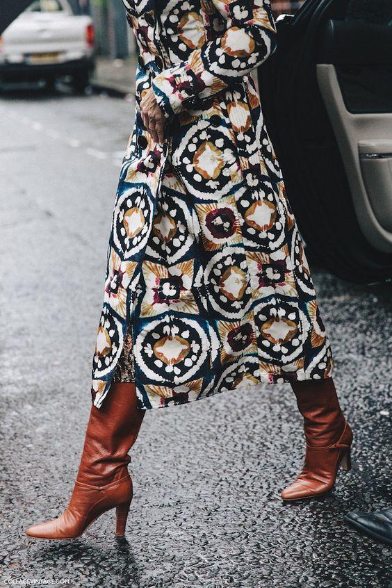 Смелите принтове върху дрехите, които напомнят на произведение на изкуството. Развихрете се смело в избора си на форми и цветове като шарка на роклите, ризите, полите и костюмите си и няма да останете незабелязани.