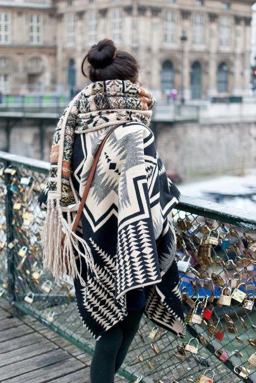 Плетената пелерина отдавна не е онази неглижарска връхна дреха, която намятаме в хладните летни нощи край огъня на някой пикник. В последните години редица актриси, дами в бизнеса и политиката залагат на големи шалове и пелерини, които обгръщат телата им. В класическо черно, нестандартни принтове, кожени елементи и богати флорални бродерии - перелината смело заема място в есенния гардероб.
