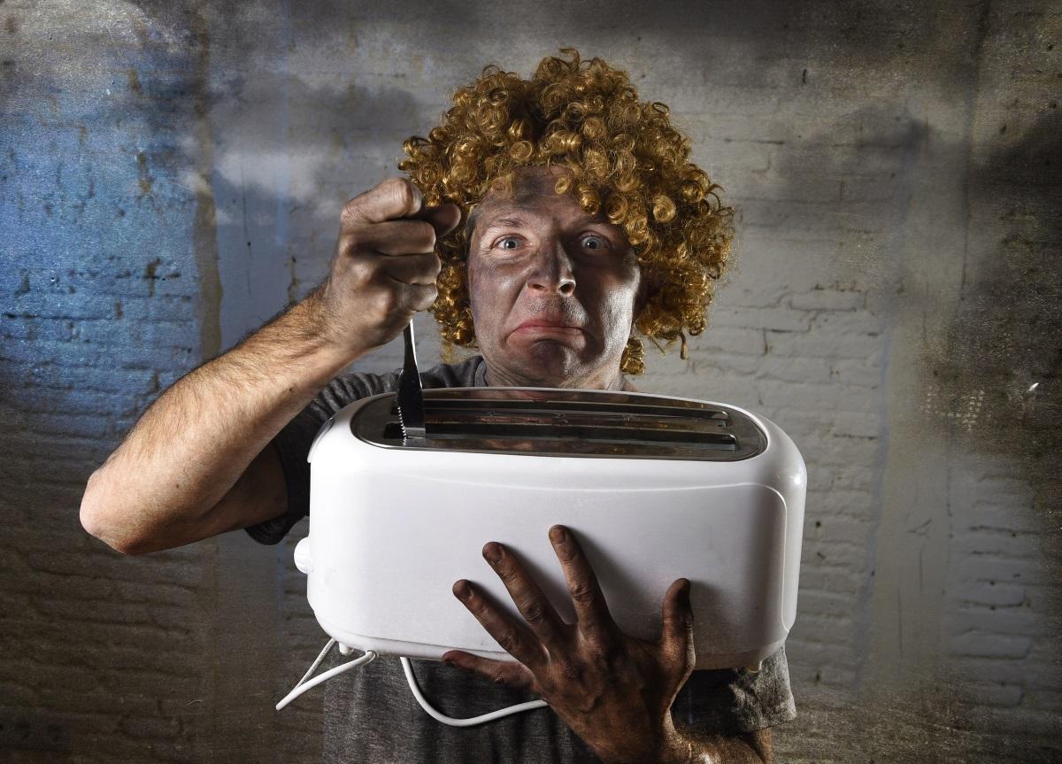6. Развалени уреди - често пъти си казваме, че ще оправим разваления тостер в почивния ден и го оставяме да чака в някой шкаф или на плота, но въпросният ден така и не идва. Разделете се завинаги с развалените уреди или ги поправете, защото в противен случай няма никакъв смисъл да заемат място в кухнята.