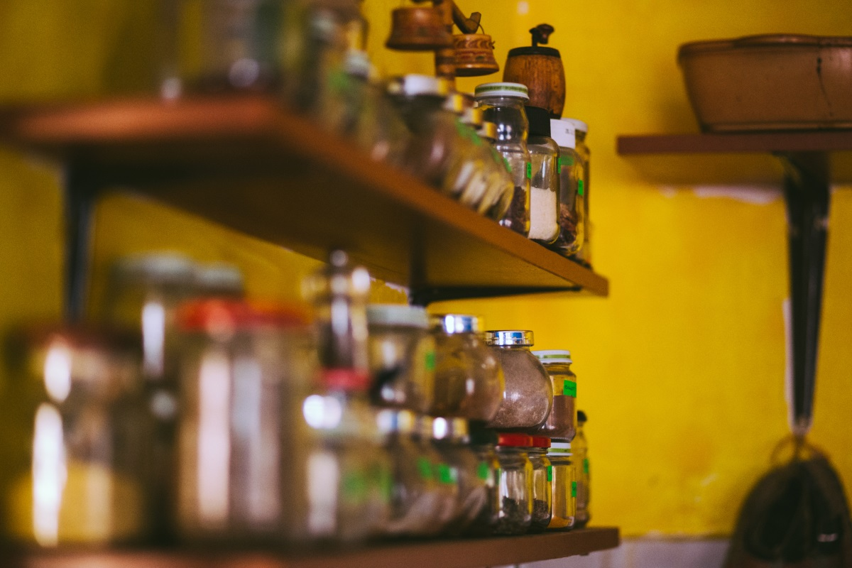4. Десетки бурканчета с подправки, за които дори не знаете дали са в срок на годност. С времето подправките губят наситения си аромат и вкус. Не пренебрегвайте този факт, купувайте си по малко и периодично и не оставяйте поредица от бурканчета да стоят в някой шкаф месеци наред.
