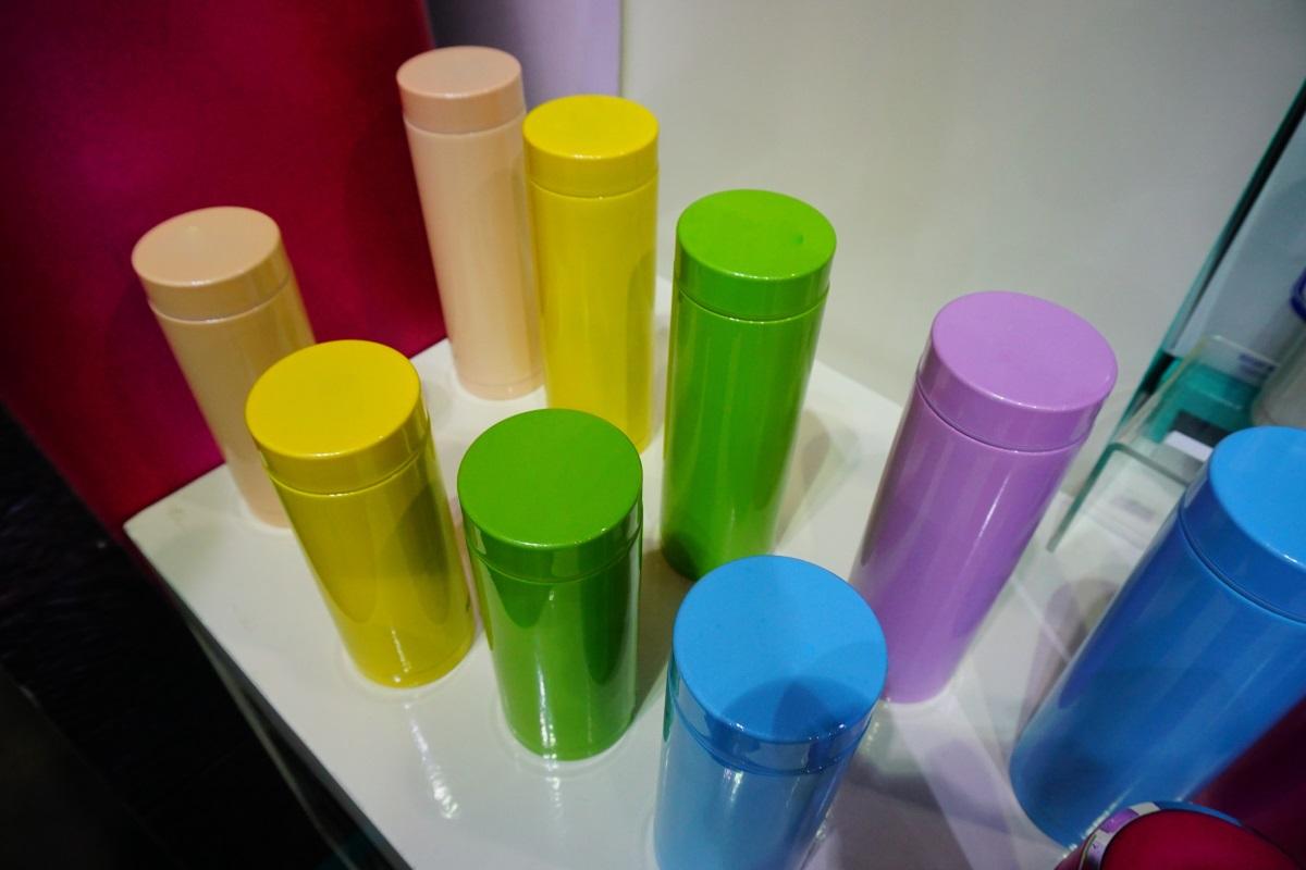 2. Бутилки за вода, пластмасови шишета и термоси, които имате по няколко броя само защото ви харесват в различни цветове. Повярвайте и по една бройка от тези ще ви свършат същата работа.
