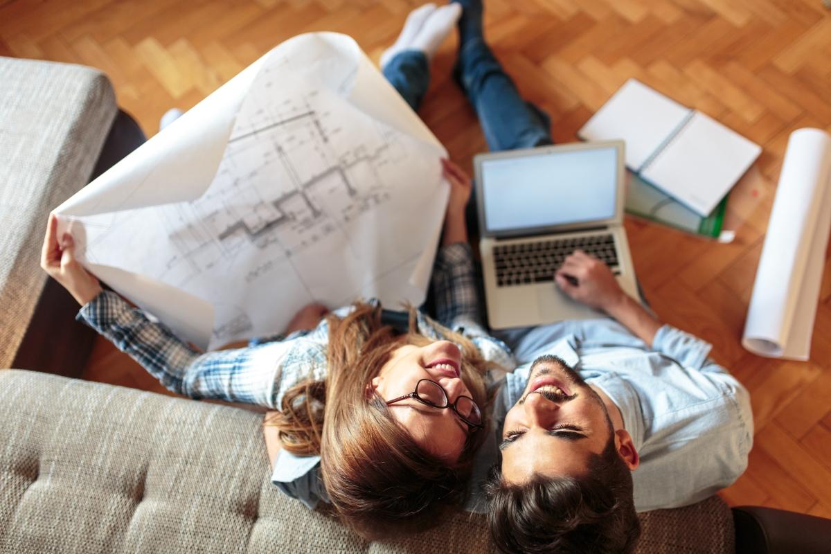 Научете се да планирате разходите: отделете една сума, която да е за основните покупки за месеца и друга, която да определите как да изхарчите или да заделите за ваканция.