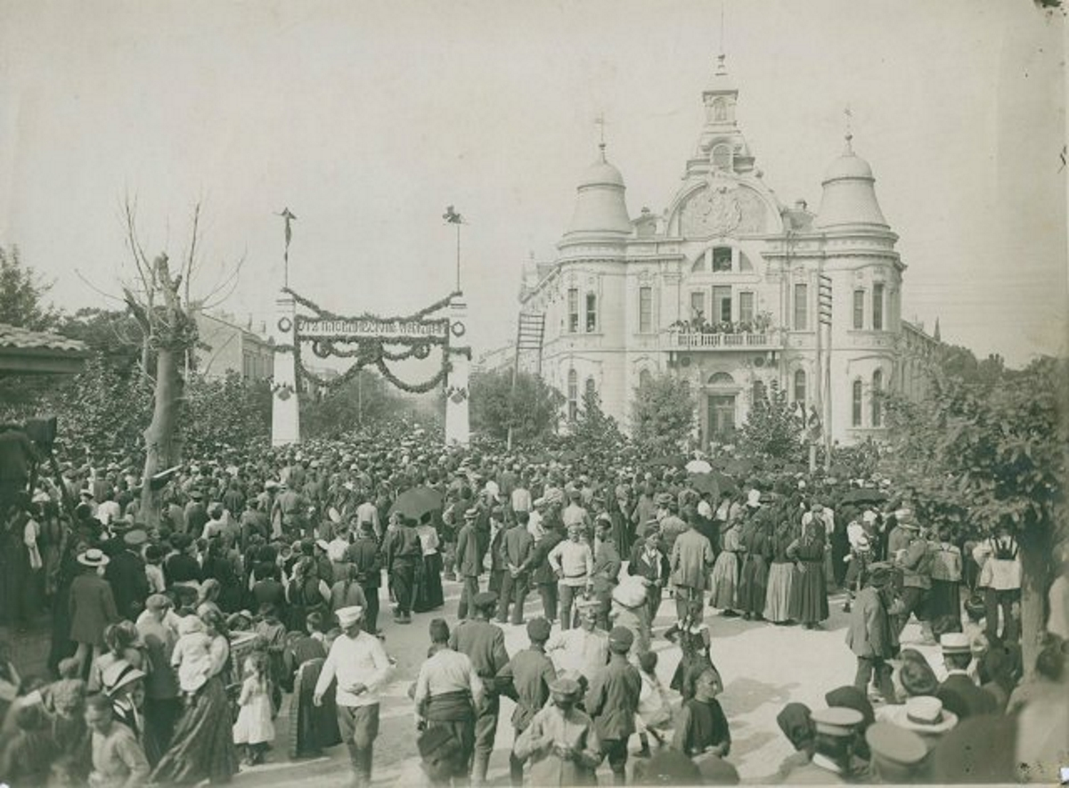 На снимката: посещението на цар Фердинанд в Пловдив след обявяването на Независимостта на България.