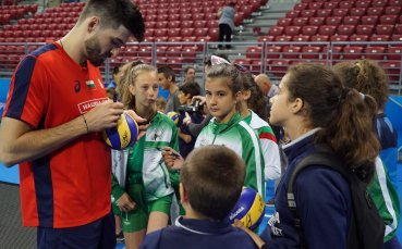 Волейболистите зарадваха десетки деца с автографи и селфита