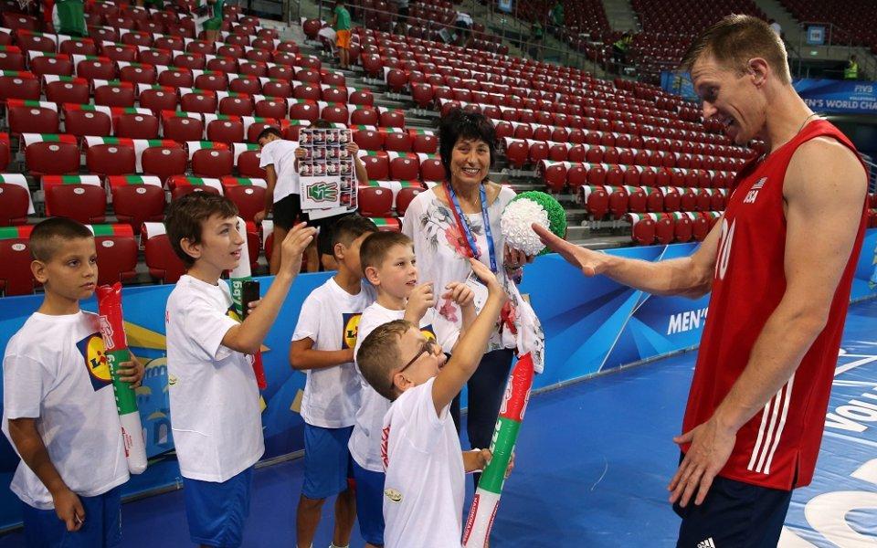 Американски волейболист се сприятели с деца с увреден слух
