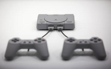 Внимание! PlayStation контролери и тенис топки политат към терена...