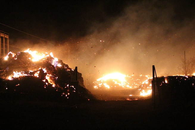 Огнеборците в града се справят и с още няколко избухнали пожари