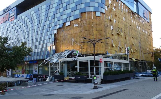 Падналата фасада на мола в Благоевград