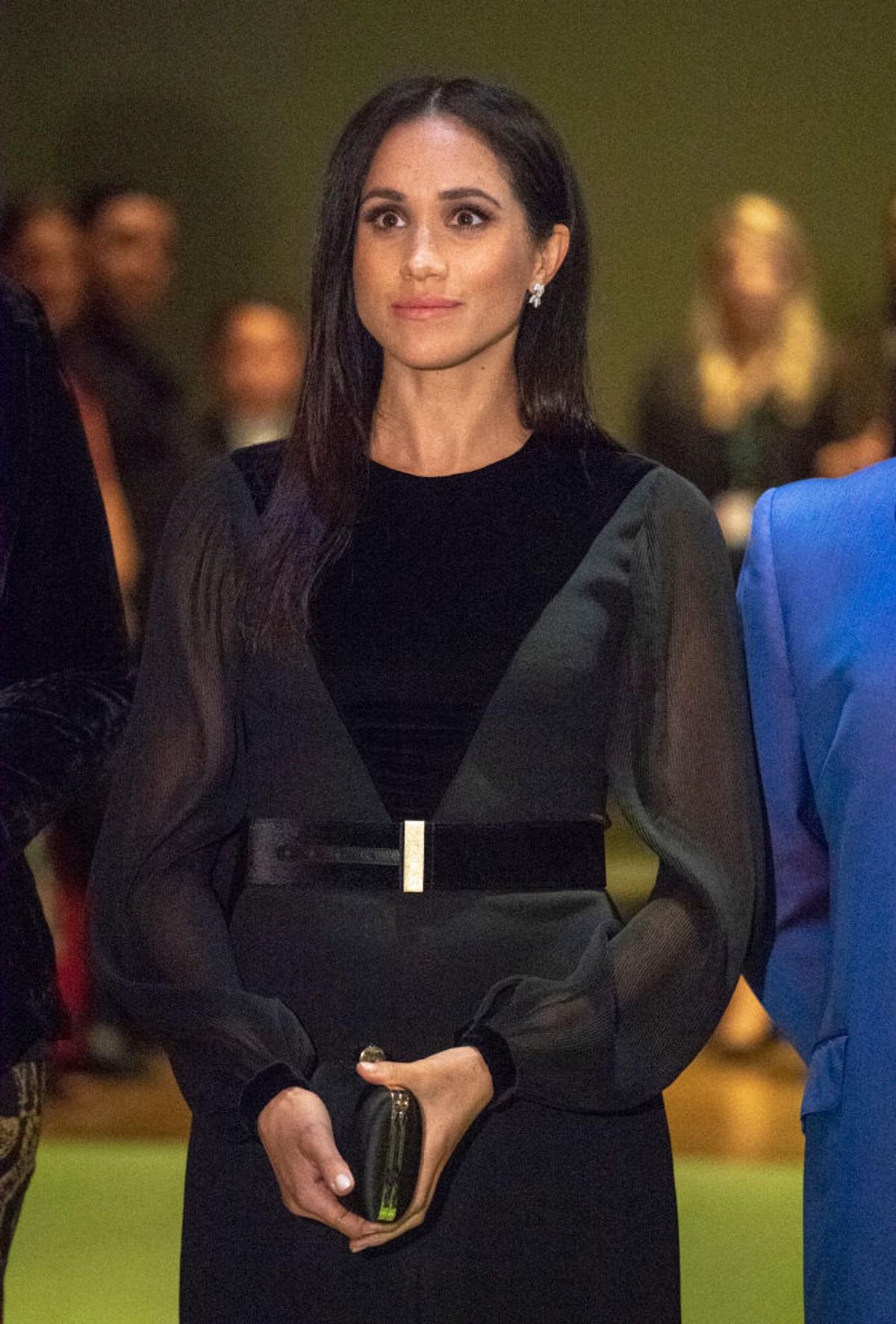 """За първи път, откакто стана херцогиня на Съсекс, Меган Маркъл се появи на официално събитие сама. Херцогинята присъства на откриването на изложба в Кралската академия по изкуствата в Лондон. На нея бяха представени произведения на изкуството от Австралия, Нова Зеландия, Фиджи и Тонга. За повода херцогинята избра елегантна черна рокля на """"Живанши"""" в комбинация с високи обувки и малка чантичка."""
