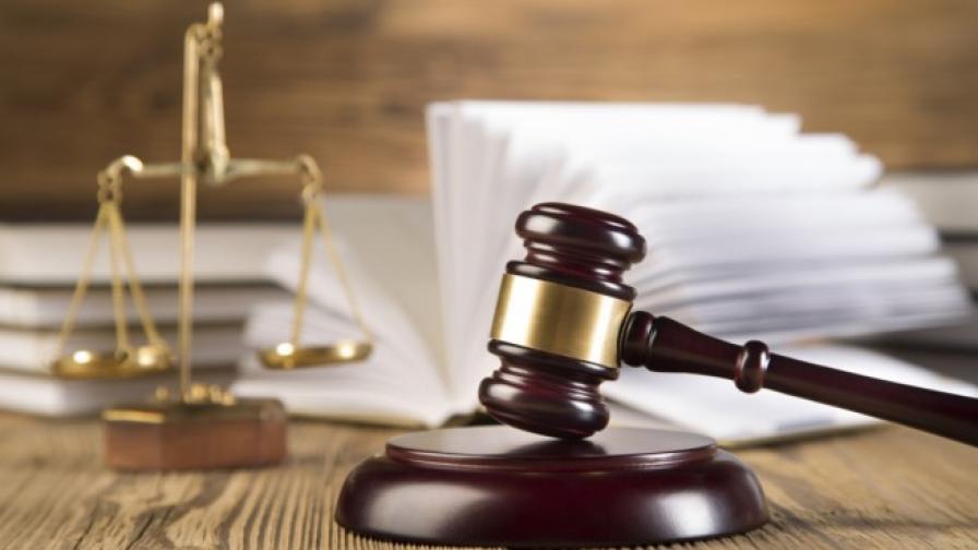 Прокурорка отива на съд, прикривала мъжа си