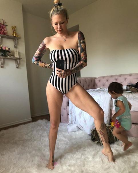 Какво става с кожата по тялото, след като свалиш повече от 27 кг. Това разкри една от най-известните бивши порно звезди Джена Джеймисън. 44-годишната блондинка роди третото си дете през април 2017. Джена има още две деца - близнаци от предишната си връзка. През последните три години Джеймисън претърпя пълна метаморфоза, като свали над 25 килограма. Транформацията на тялото си тя показва нагледно с всекидневни постове в Инстаграм, където има над 300 хиляди последователи.