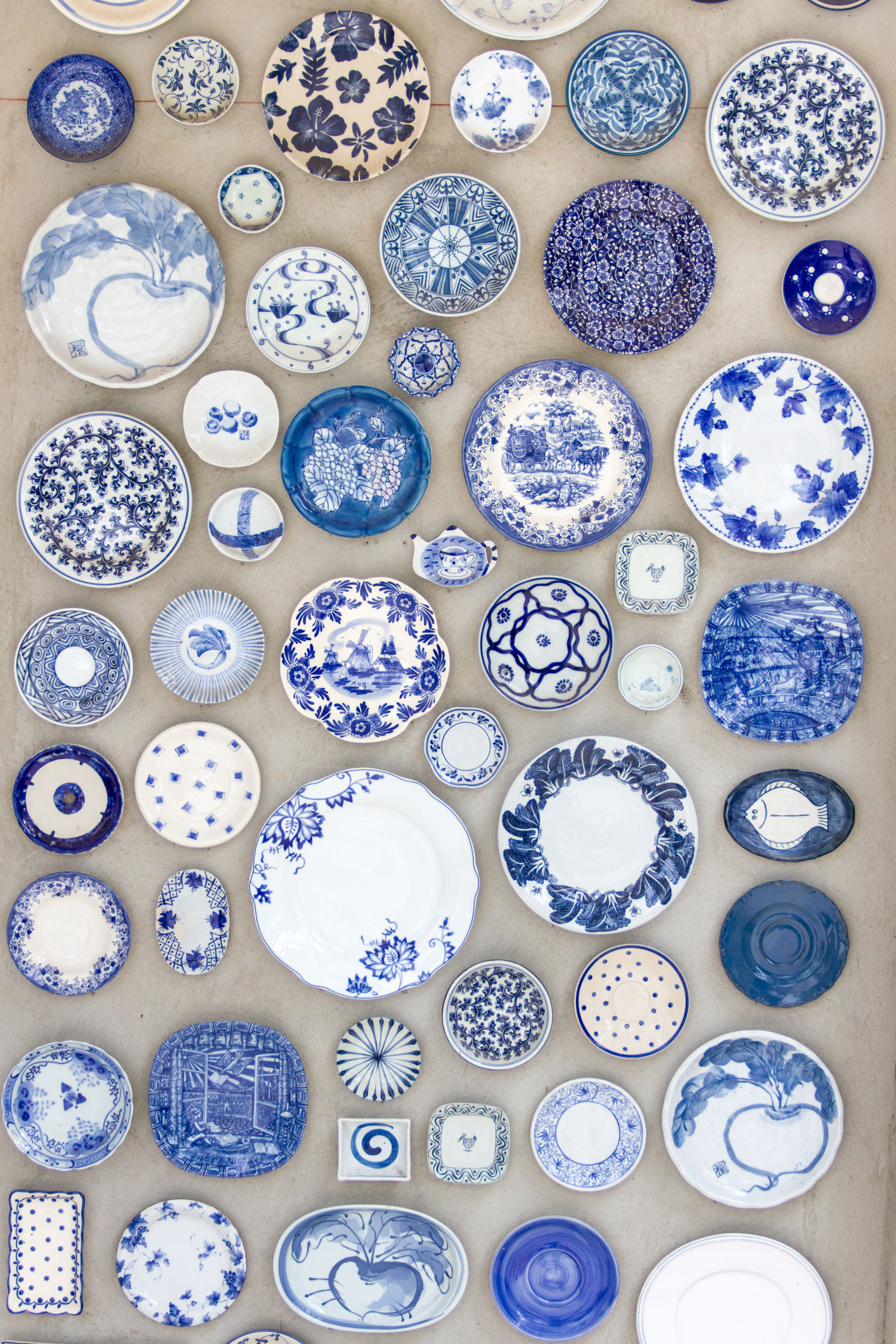 Продължаваме с порцелановите изделия. Декоративни чинии за стена. Красиви, интересни и много разчупващи стандартните картини с пейзажи.