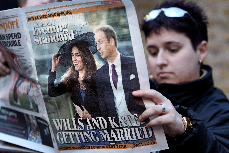 Макар и снимка от заглавна страница на вестник, Кейт тук е облечена в синя рокля, съчетана с черно сако и шапка. Двамата с принц Уилям отиват на сватба през 2010 г. преди да са женени още самите те.