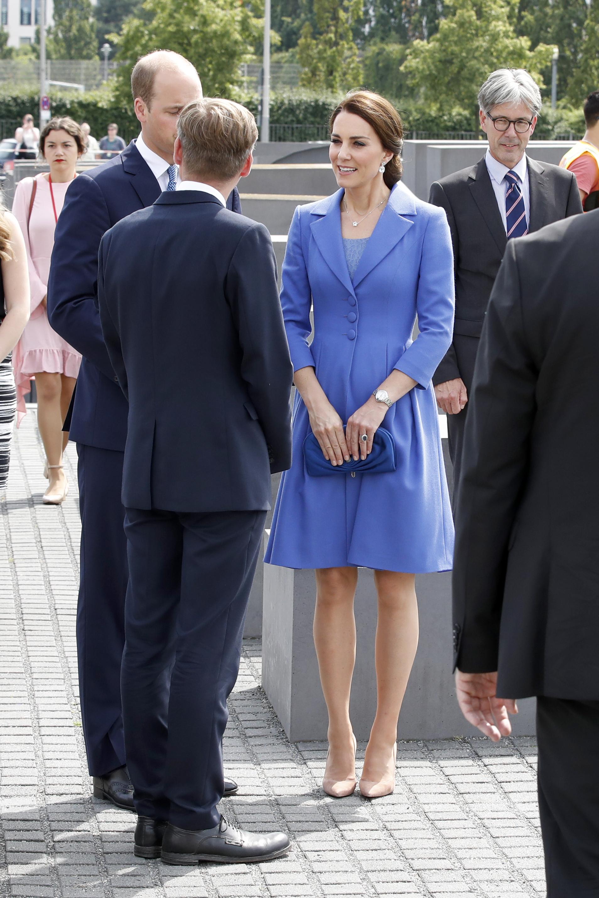 Кейт Мидълтън бе със същото палто, но с добавена шапка в същия цвят, на сватбата на Софи Картър през 2017 г.