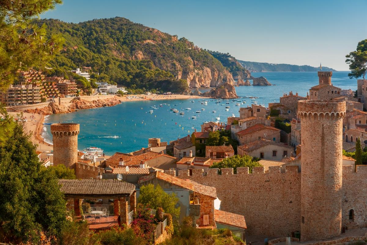 Областта Каталуния в Испания също е предложена от изданието като подходяща не само за любителите на плажовете, но и на историята и планините.