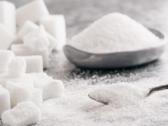 Избягвайте: захар<br /> <br /> Много е просто: протеинът е изключително важен за вашата коса и захарта пречи на усвояването му. Не консумирайте добавена захар и храни, които изненадващи се оказва, че съдържат захар. Добавените подсладители пък се свързват със загубата на коса.