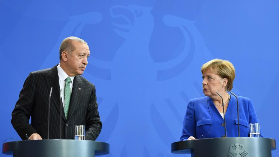 Този инцидент разсмя Ердоган, Меркел застина