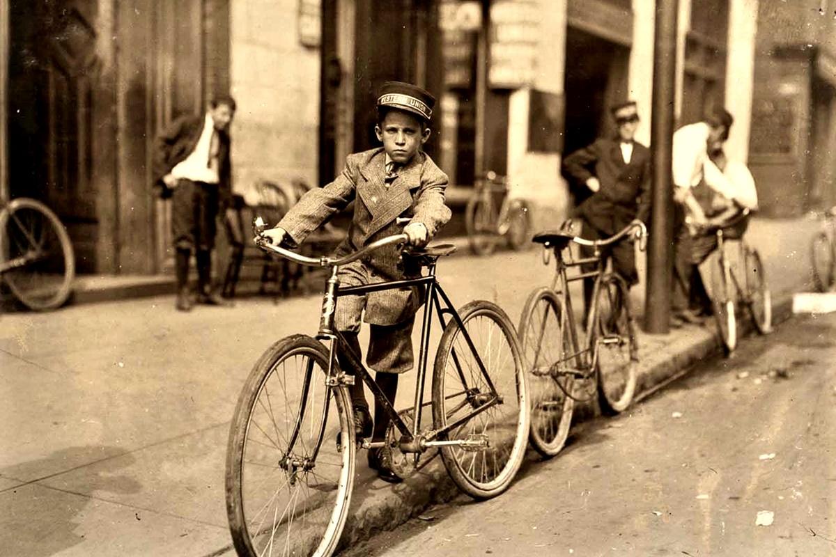 """Юни 1911 г.: Реймънд Байкс, казва, че е на 14 г. Работи всеки ден до 01:00 ч. след полунощ. """"Разказа, че често спи на кея. Видях майка му няколко пъти, но изглеждаше по-притеснена от това, кога синът ѝ ще си получи заплащането""""."""