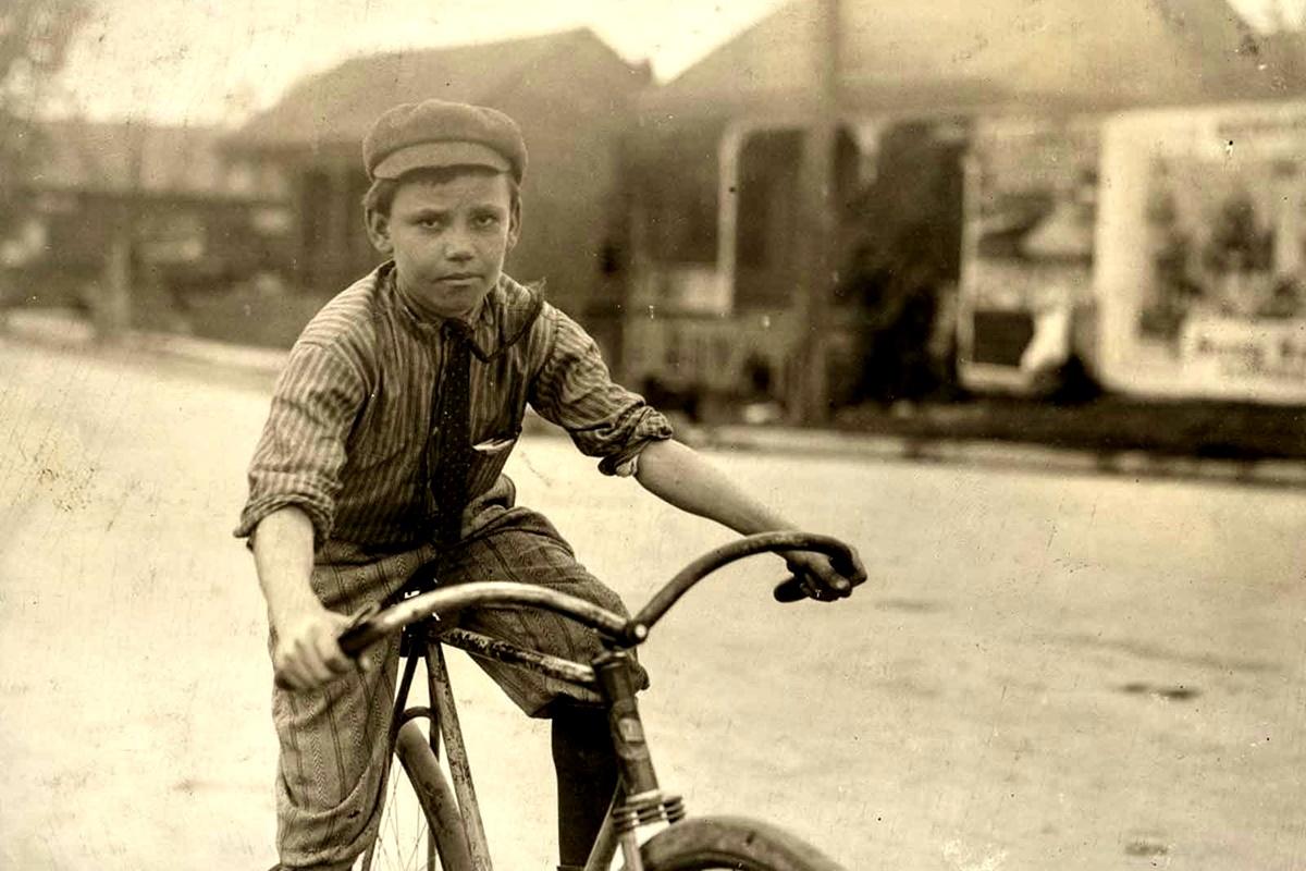 """Ноември 1913 г.: Пърси Невил. Момечто тъкмо излиза от един публичен дом с усмивка и думите: """"Тя ми даде четвърт долар бакшиш""""."""