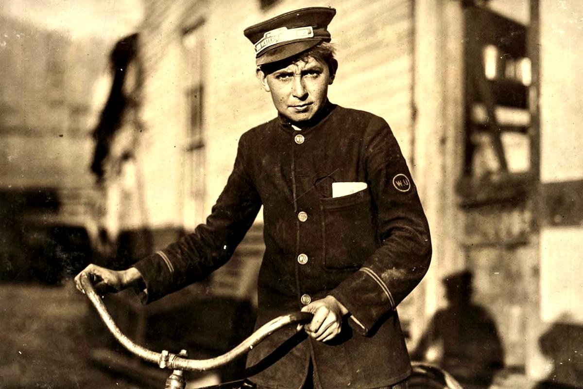"""Октомври 1913 г.: Пощальон на """"Уестърн Юниън"""", 14 г. Работи до 22:30 ч. всеки ден."""