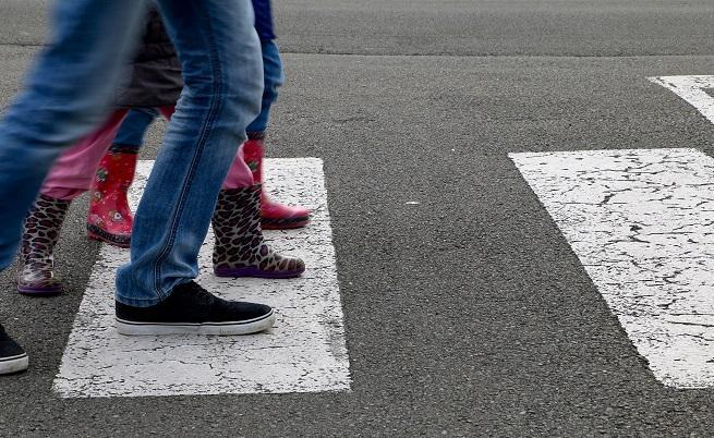 Опасно пресичане: Ученици се промушват между колите