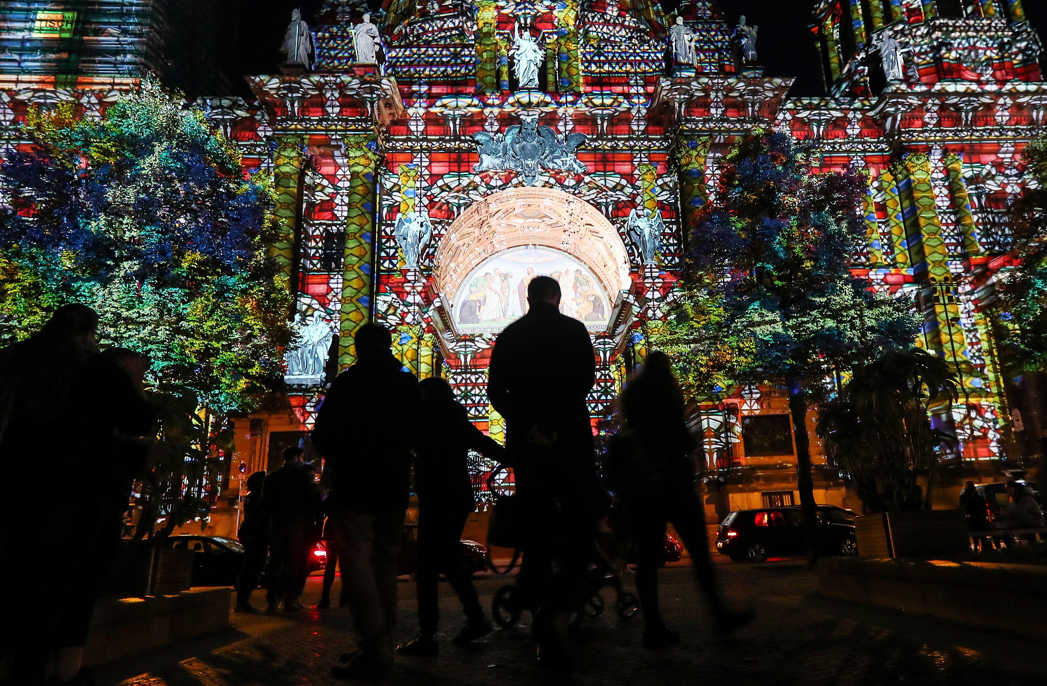 """Фестивалът на светлината """"Berlin leuchtet"""", в Берлин, Германия. Исторически сгради, търговски центрове, забележителности и мостове са осветени със светлинни инсталации, лазерни и 3D прожекции по време на събитието. Фестивалът се провежда от 28 септември до 13 октомври 2018 г."""