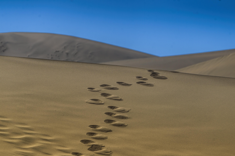 По своя път в древността търговците винаги са се отбивали в град Дунхуан в провинция Гансу. В Дунхуан те получават отпочинали камили, храна и охрана за пътуването през опасната пустиня Такламакан.