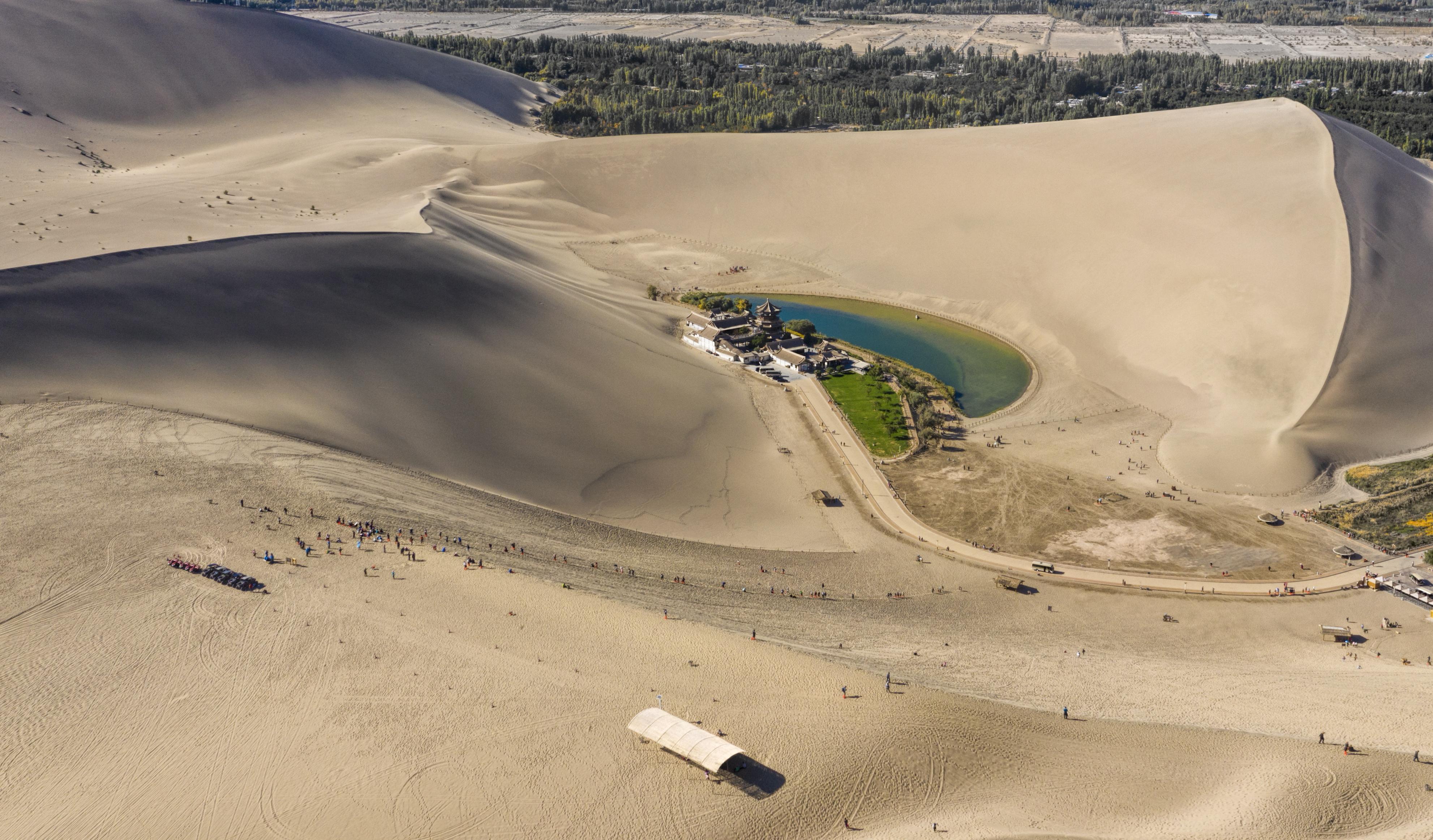 В сърцето на пустинята Гоби се намира истински приказен оазис – езеро с формата на полумесец. Разположено е на 6 км от град Дунхуан, а край водите му се издига един от най-големите будистки храмове в света. Водите му са изключително прозрачни и чисти. Според еколозите обаче езерото е на път да изчезне – през последните няколко десетилетия то е намалило значително нивото си.