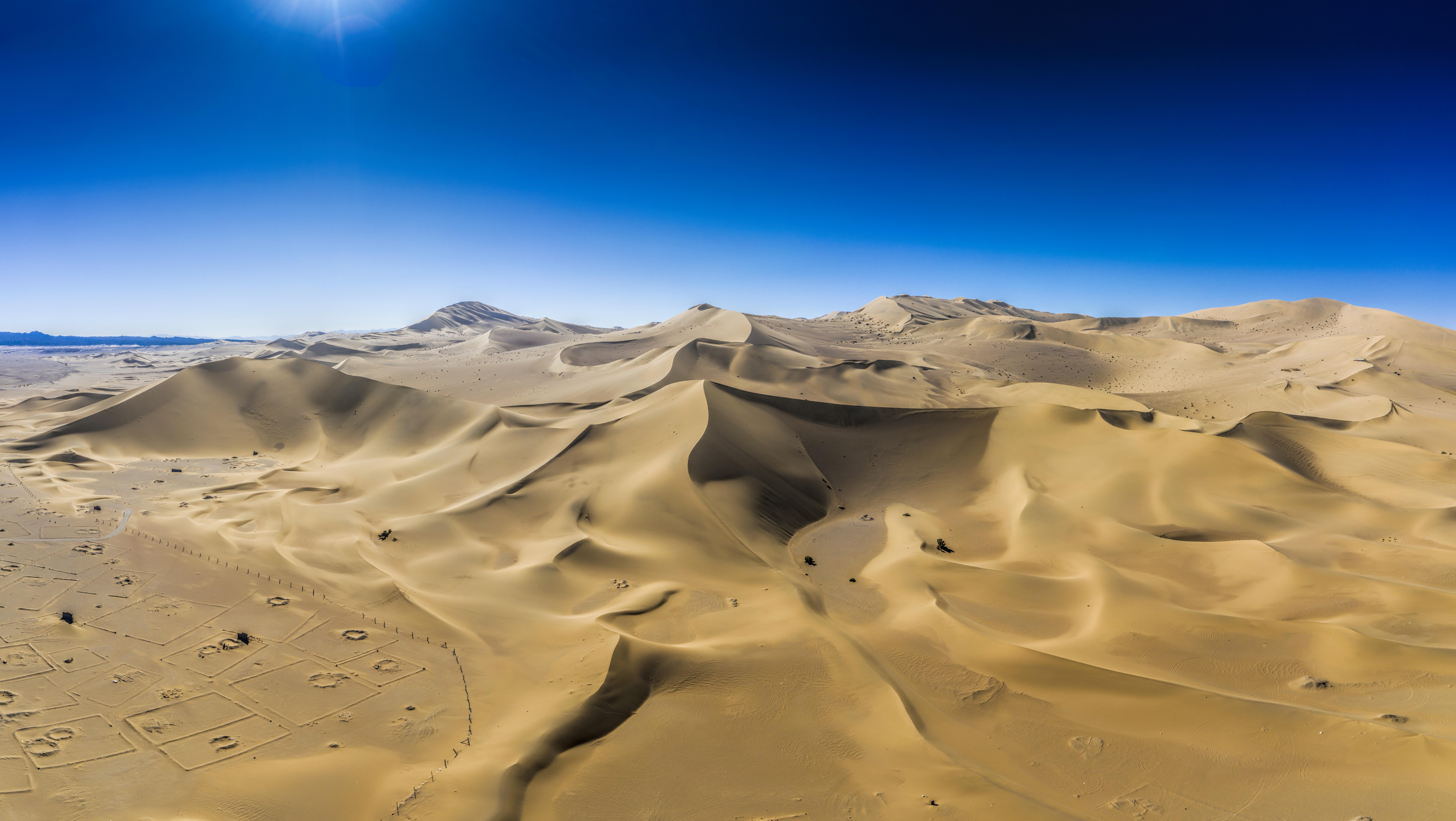 Геопарк Ярджанг известен също като Призрачен град, се намира на 180 километра северозападно от Дунхуан. Паркът съдържа скални образувания с уникална форма, разработени за период от 700 000 години, обхваща площ от 400 квадратни километра и е част от защитените зони на ЮНЕСКО