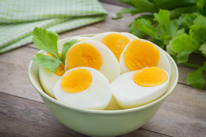 Намаляват стреса: яйцата<br /> <br /> Чувствате се напрегнати след спор с приятел? Направете си омлет с три яйца, богати на витамин D. Точно как действието на слънчевия витамин подобрява настроението все още не е напълно изяснено, но една теория е, че хранителното вещество увеличава нивата на хормони, чувстващи се добре, серотонин и допамин в мозъка. Плюс това, яйцата са пълни с триптофан, аминокиселина, необходима за производството на серотонин.