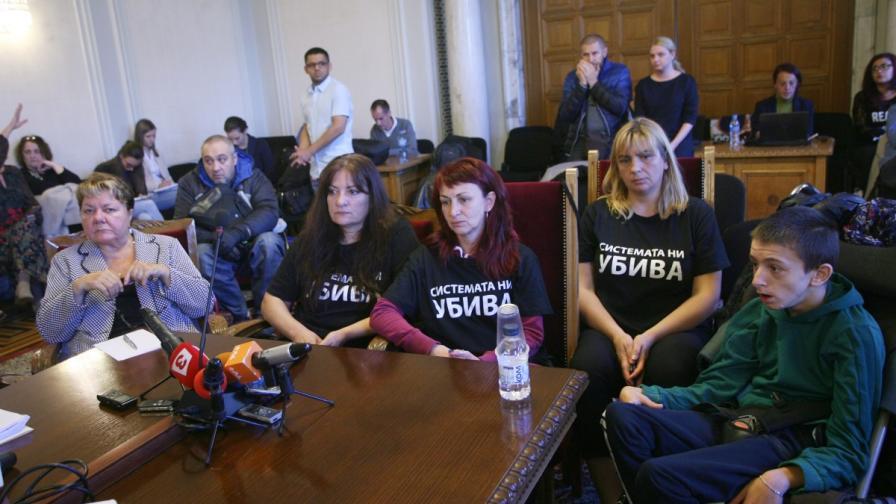 Представители на протестиращите майки, на деца с увреждания, на срещата в НС