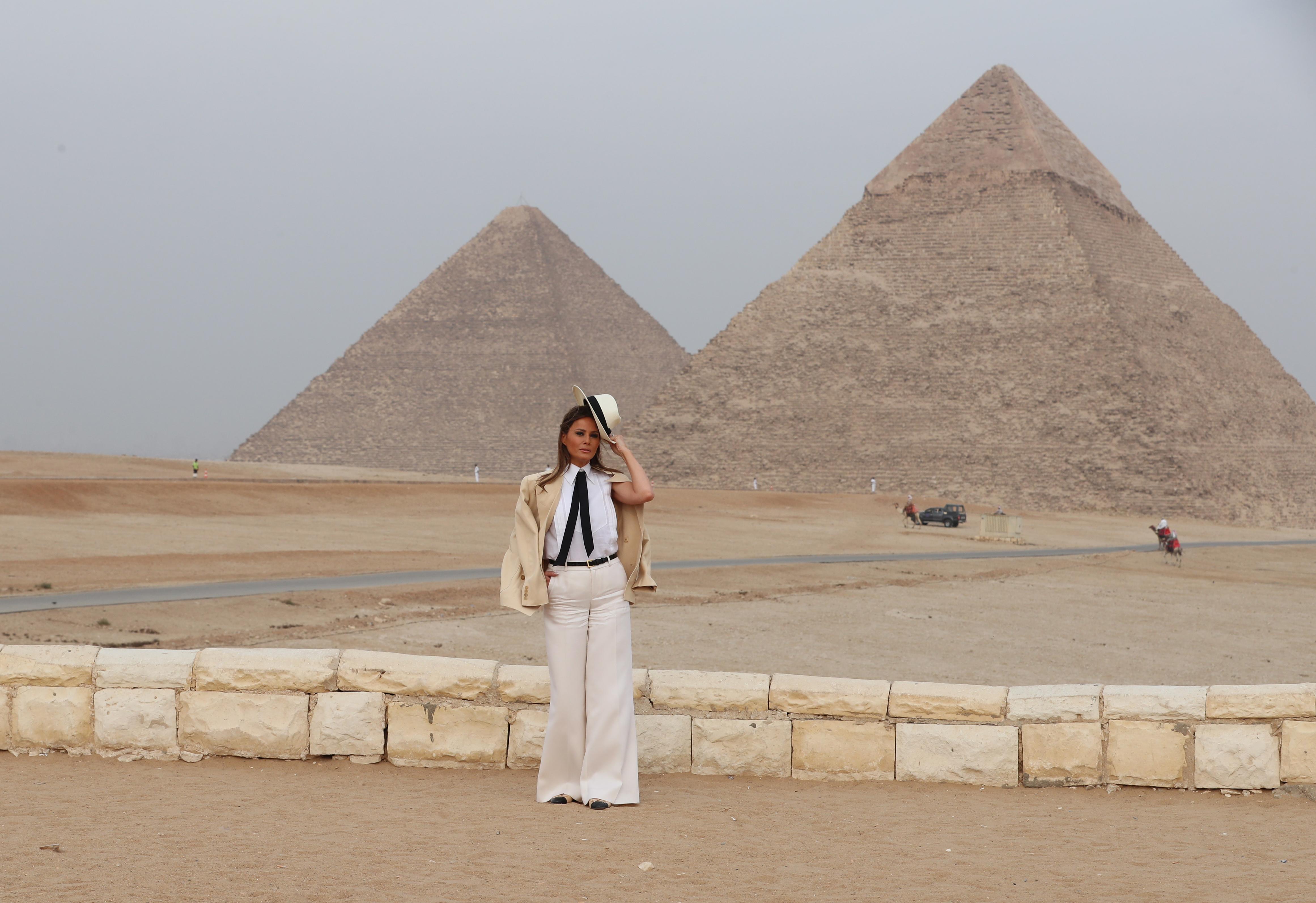 Първата дама на САЩ Мелания Тръмп приключи африканската си обиколка с посещение в Египет, където разгледа пирамидите и сфинкса в Гиза.