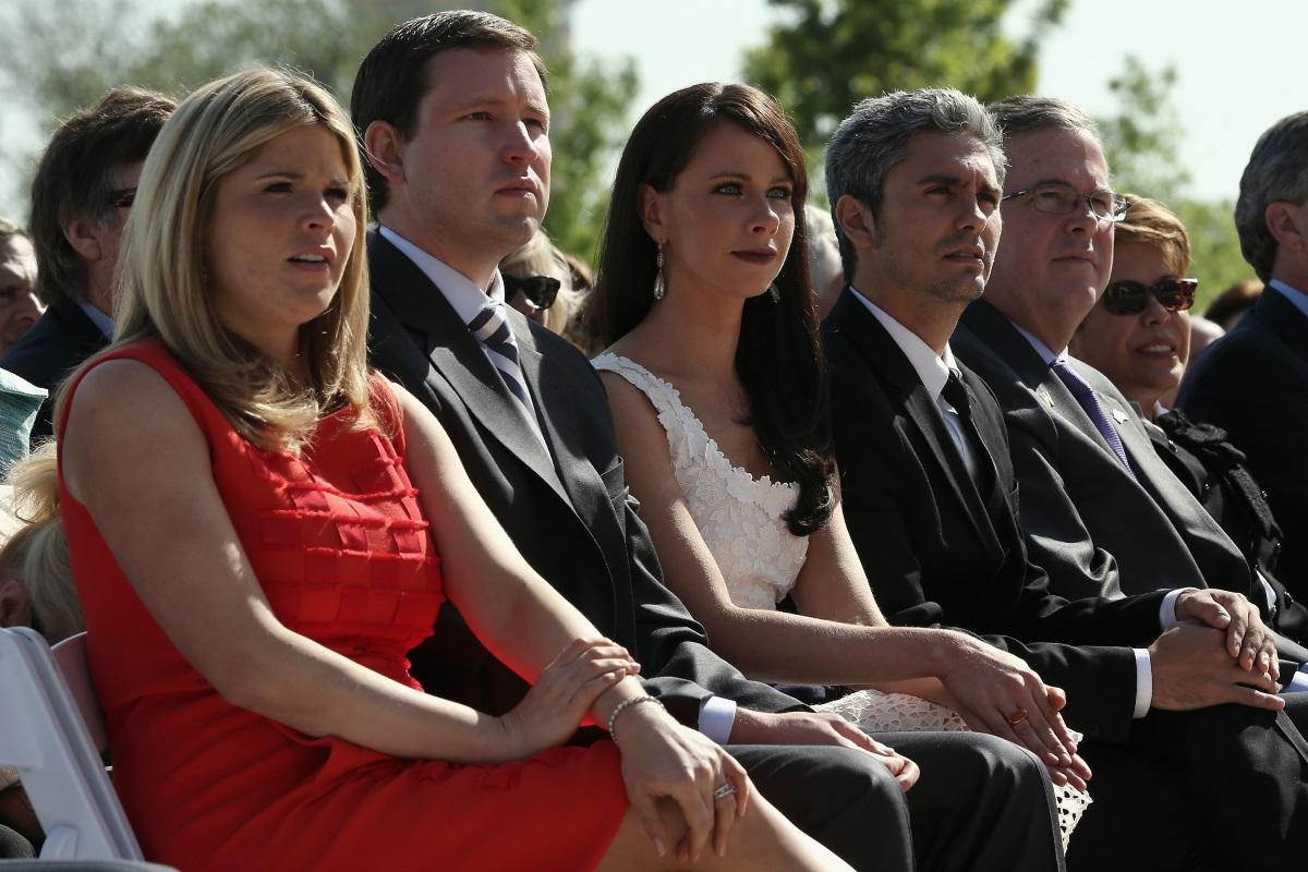 """Дъщерята на Джордж Буш-младши Барбара се омъжи за годеника си Крейг Койн. Двамата си казаха """"Да"""" на церемония в Кенебънкпорт, щата Мейн. Избрали са това място, за да може дядото на булката - 94-годишният Джордж Буш, който живее там и е трудно подвижен, да присъства на свабата, сподели сестра ѝ Джена Буш Хейгър. Така на сватбеното тържество присъстваха двама бивши американски президенти."""