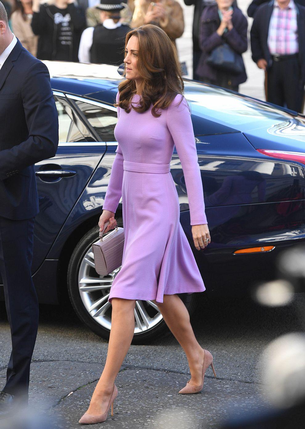 Херцогиня Катрин впечатли всички с модния си избор на благотворително събитие в Лондон. Тя бе в компанията на принц Уилям.